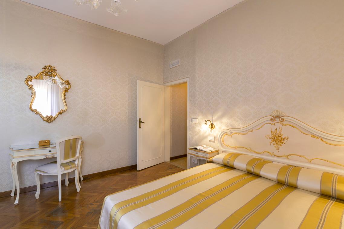 Camera Da Letto Matrimoniale In Francese : Palazzo guardi venezia official website